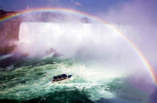 Cầu vồng trên thác Niagara xuất hiện trong khi một người Mỹ đang đi bộ trên dây.