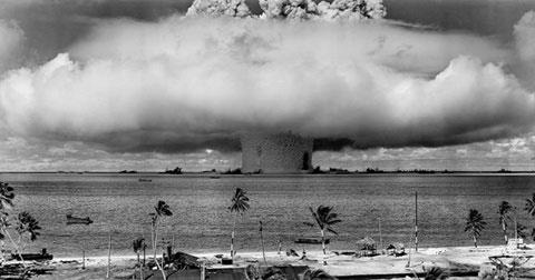 Chiến dịch Ngã tư là vụ thử vũ khí hạt nhân đầu tiên sau vụ thử hạt nhân Trinity của Mỹ hồi tháng 7/1945 và cũng là vụ kích hoạt thiết bị hạt nhân đầu tiên sau vụ kích hoạt hạt nhân Fat Man hôm 9/8/1945. Chiến dịch Ngã tư bao gồm hai lần kích hoạt với hai quả bom: Able và Baker. Đám mây hình nấm và cột nước bốc lên từ vụ nổ hạt nhân Baker hôm 25/7/1946. Ảnh chụp từ một tháp trên đảo Bikini cách đó 5,6km.