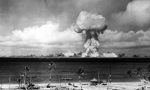 Crossroads Able, một vũ khí hạt nhân được triển khai trên không có sức công phá 23 kiloton phát nổ hôm 1/7/1946. Quả bom này sử dụng và tiêu thụ lõi Abe nổi tiếng, từng cướp đi sinh mạng của hai nhà khoa học trong hai vụ tai nạn nghiêm trọng riêng biệt.