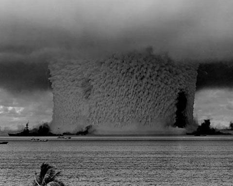 Vụ nổ bật tung hai triệu tấn nước và cát lên không khí, tạo ra cột nước cao gần 1.830m, rộng hơn 600m, dày 91m. 57 con chuột bọ, 109 con chuột, 146 con lợn, 176 con dê và 3.030 con chuột bạch đã bị đưa lên 22 con tàu mục tiêu gần đó để quan sát. 35% số động vật chết vì ảnh hưởng trực tiếp của vụ nổ hay phơi nhiễm phóng xạ.