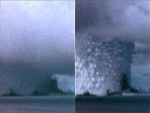 Đám mây hạt nhân bốc lên, để lộ một vật thể đứng màu đen, lớn hơn những con tàu ở phía trước. Hầu hết các quan sát viên tin rằng đó là tàu chiến Arkansas bị lật.