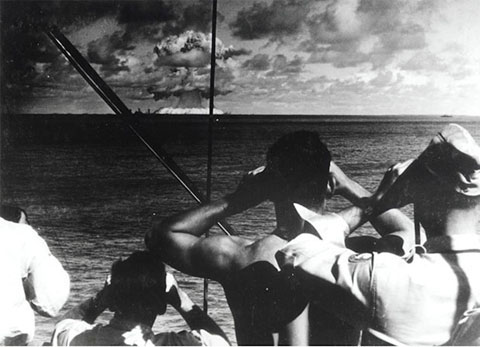 Giới quan sát đeo ống nhòm để xem vụ nổ hạt nhân trên biển.