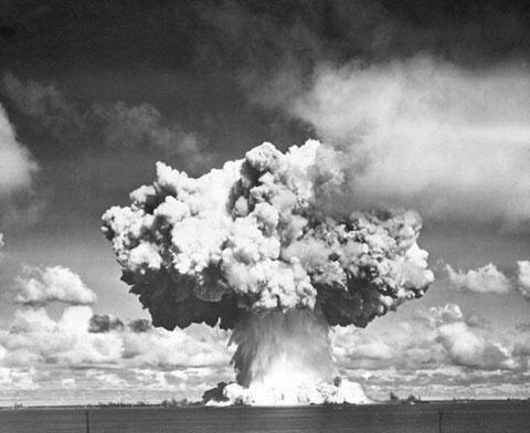 Vụ nổ hình hoa lơ gây ra bởi bom Baker.