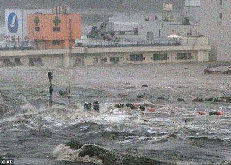 Hình ảnh mới về khoảnh khắc sóng thần ập đến Nhật