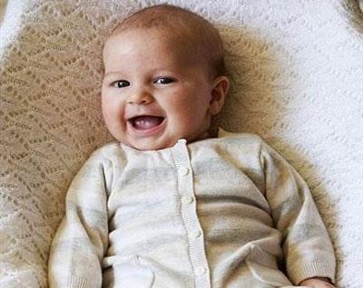 Lạ lùng em bé cười toe toét từ trong bụng mẹ