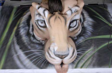 Bức họa đầu hổ độc đáo từ người mẫu khỏa thân
