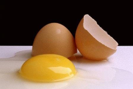 Có thể ngộ độc nếu tẩm bổ bằng trứng gà sống