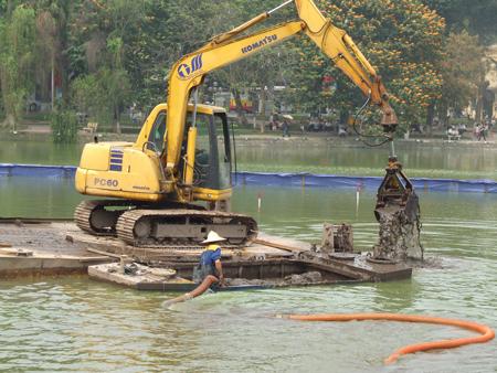Dùng gầu máy vét bùn hồ Gươm: Lo cho môi trường sống của cụ Rùa