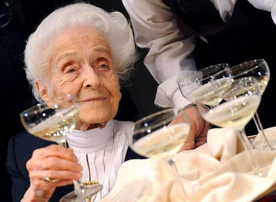 Cụ bà đạt giải Nobel bước sang tuổi 102