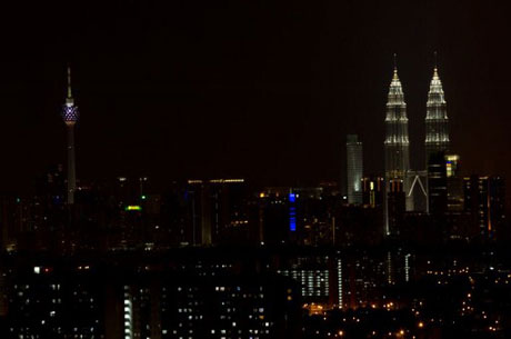 Cảnh tượng tháp đôi Petronas tại thủ đô Kuala Lumpur của Malaysia sau khi tắt đèn.