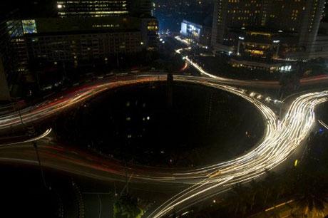Tượng đài Selamat Datang tại Jakarta, Indonesia chìm trong bóng tối.