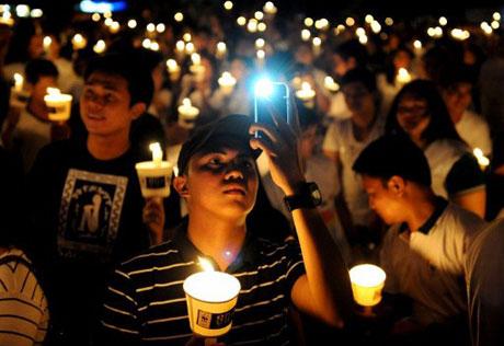 Người dân Philippines cầm nến để hưởng ứng Giờ Trái đất tại thủ đô Manila.