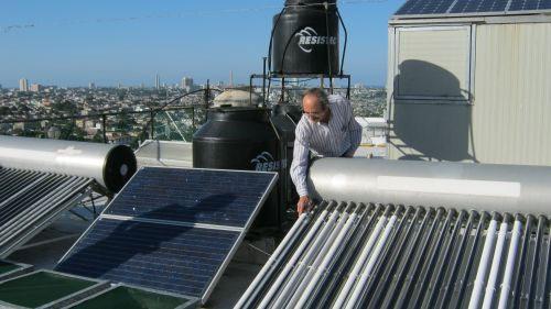Ông Luis Bérriz đang tiến hành kiểm tra một tấm pin năng lượng mặt trời