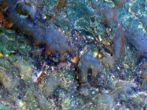 Bề mặt của sao Hỏa trở thành cuộc bạo động màu sắc trong bức hình mới chụp tại vùng Nili Fossae từ tàu vũ trụ quan sát sao Hỏa của NASA. Nhìn cận cảnh ta có thể thấy màu sắc được tạo lên do quá trình tác động cổ đại. Mỗi khoáng vật đều có màu sắc khác nhau và làm cho đá trông giống như cầu vồng tan.