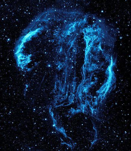 Đây là hình ảnh về các tua bụi và khí tỏa sáng nổi bật trên nền trời sao mà NASA chụp được gần đây. Khả năng quan sát tia cực tím của tàu vũ trụ đã giúp ích cho các nhà khoa học trong việc nghiên cứu những vật chất trong không gian cách đây khoảng mười tỷ năm. Cách trái đất 1500 năm ánh sáng, chòm sao Cygnus, loại tinh vân giống hình con thiên nga chính là tàn dư của vụ nổ siêu tân tinh xảy ra cách đây khoảng 5.000 đến 8.000 năm. Luồng sáng này khá mỏng vì khí của nó vẫn đang được làm nóng bởi các sóng xung từ vụ nổ sao.