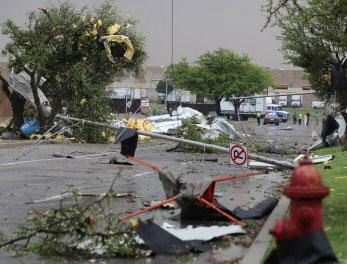 Video: Lốc xoáy hất tung xe tải ở Mỹ
