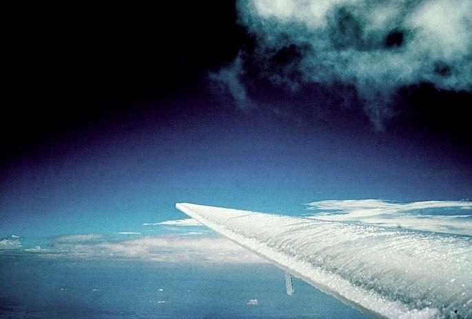 Vì sao băng tuyết có thể làm rơi máy bay?