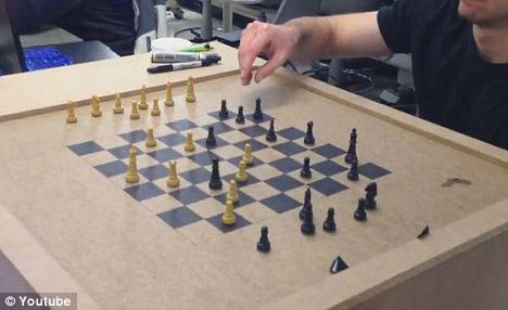 Video: Robot bàn cờ
