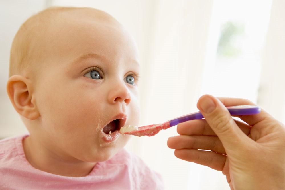 Có nên mớm thức ăn cho trẻ?