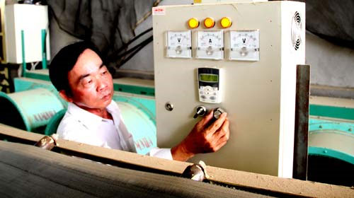 Nông dân chế tạo lò sấy lúa bằng điện