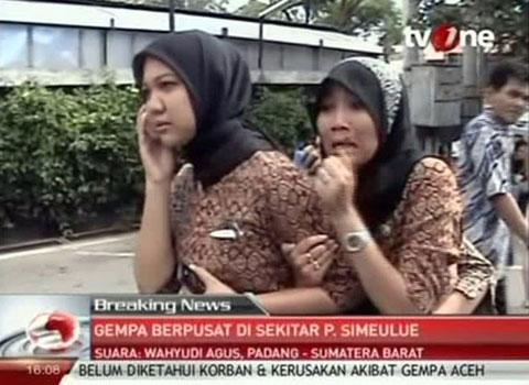 Hình ảnh được lấy từ một đoạn video của kênh truyền hình Indonesia TV One cho thấy nét mặt hoảng sợ của hai cô gái trong cơn địa chấn mạnh 8,6 độ Richter ở tỉnh Aceh