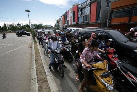 Sau khi cảnh báo sóng thần được đưa ra, người dân tức tốc tìm mọi phương tiện để chạy trốn đến những nơi cao hơn.