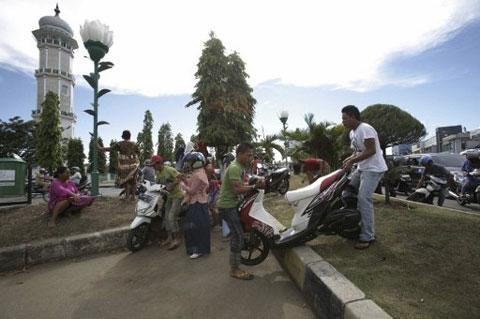 Nhiều người dân sử dụng xe máy làm phương tiện tháo chạy.