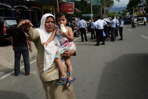Người phụ nữ này cũng hoảng hốt bế con bắt xe chạy trốn.
