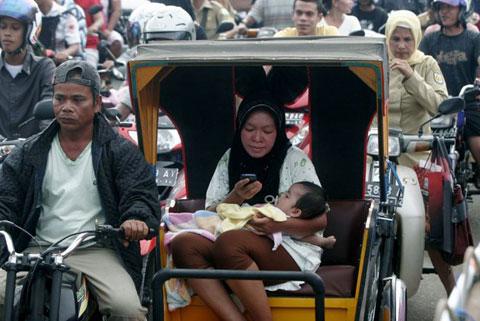 Mẹ con người phụ nữ này may mắn kiếm được một chiếc xích lô để đi tránh sóng thần.