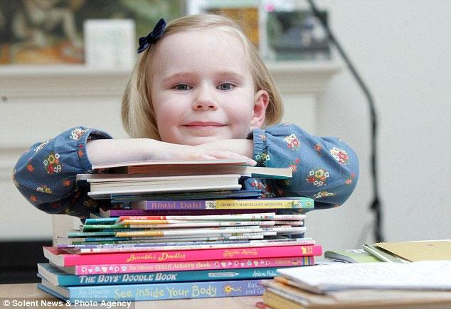 Bé gái 4 tuổi có  IQ cao ngang Stephen Hawking và Albert Einstein