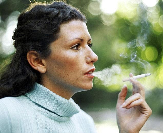 Tỷ lệ phụ nữ Anh bị ung thư phổi cao do hút thuốc lá
