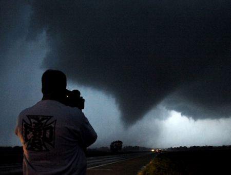 Video: Lốc xoáy xuất hiện tại Oklahoma, Mỹ