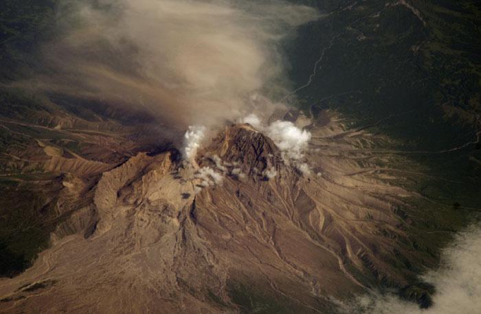 Núi lửa phun cột bụi cao gần 10km