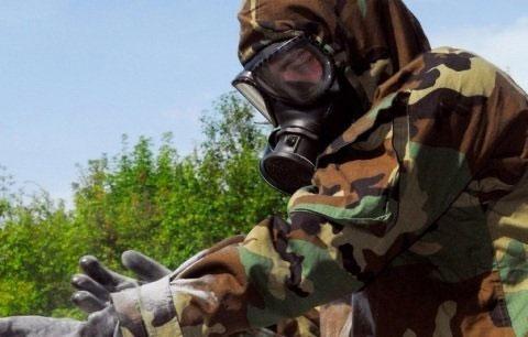 Một binh sĩ Mỹ đang khử trùng trang thiết bị trong một khoá huấn luyện