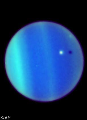 Ảnh cực quang trên sao Thiên Vương vào năm 2006.