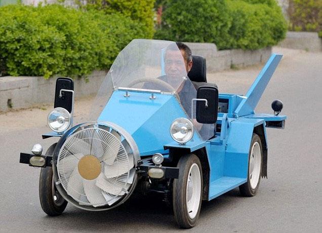Nông dân chế tạo ô tô chạy nhờ gió