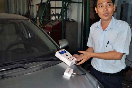 ThS Tùng đang phân tích và tìm cách pha màu sơn chiếc xe TOYOTA VIOS.