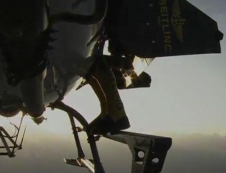 Video: Bay qua dãy Alpes bằng tên lửa trên lưng