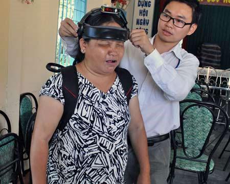 Đội thiết bị vào cho người khiếm thị.
