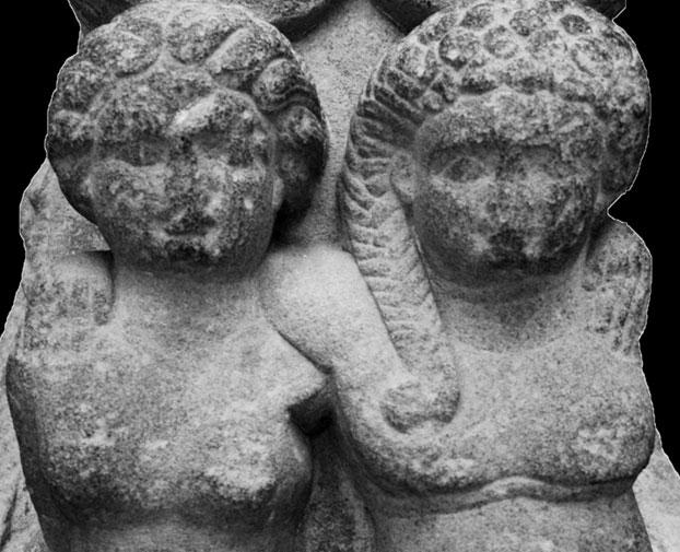 Khuôn mặt của hai đứa trẻ trong bức tượng không còn lưu giữ được nguyên vẹn.