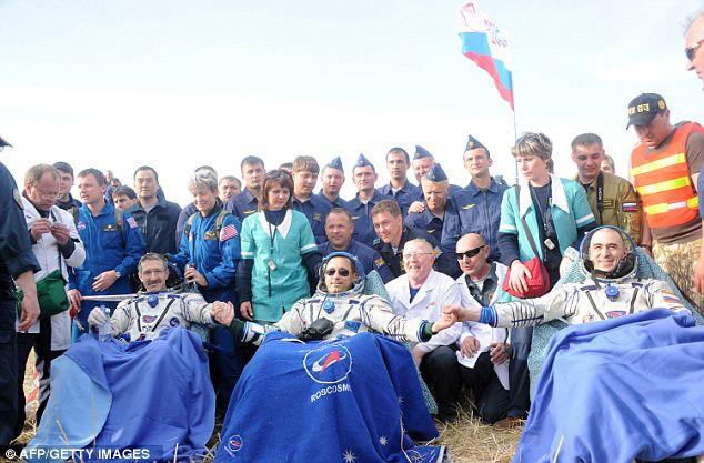 Ba phi hành gia vui mừng cùng những đồng nghiệp sau chuyến bay từ ISS về Trái đất