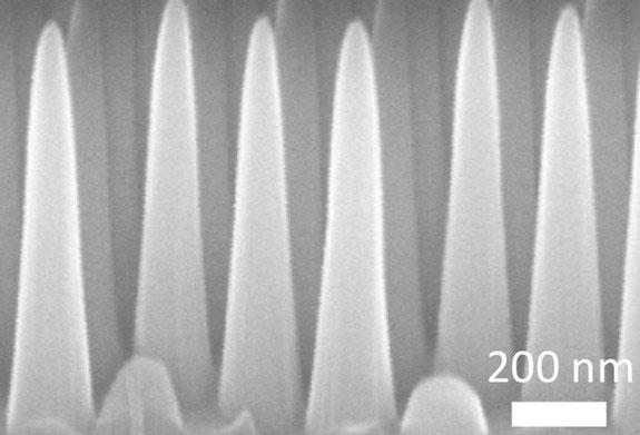 Kính thủy tinh của MIT được tạo nên bởi những phần tử hình nón có kích cỡ nano.