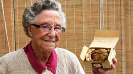 """Bà Nancy Titman với chiếc bánh """"gia truyền"""" đời thứ 5"""