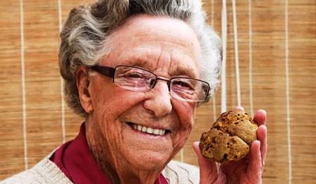 Bà Bà Nancy rất quý chiếc bánh và dự định sẽ trao nó lại cho thế hệ con cháu bảo quản