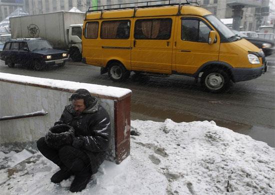 Một người đàn ông ăn xin trên đường phố giữa thời tiết giá lạnh.