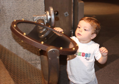 Nhiều bé mới 2-3 tuổi đã được đưa đến  Questacon để bắt đầu làm quen, tìm hiểu khoa học.