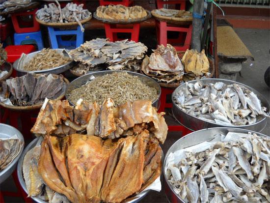 Khi mua cá khô, điều đầu tiên bạn nên quan tâm là màu sắc bên ngoài.