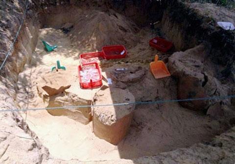 Hiện trường khu mộ Chum vừa được khai quật.