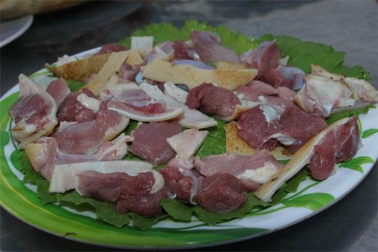 Thịt dê tươi ngon có màu đỏ, sáng bóng, thớ thịt đều và chắc, sờ thấy mềm  mịn, có tính đàn hồi và không dính tay, không có mùi lạ.