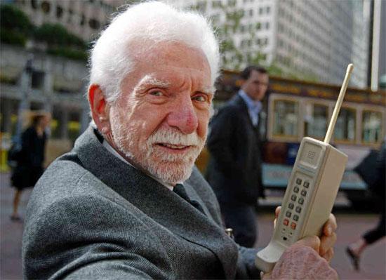 """Martin """"Marty"""" Cooper với chiếc ĐTDĐ đầu tiên - Motorola DynaTAC."""